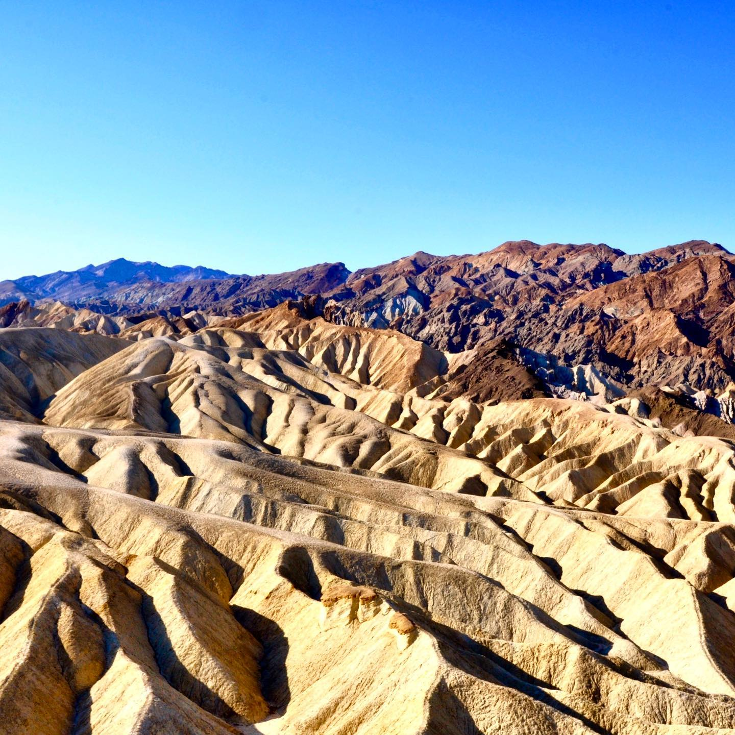 Zabriskie Point, Death Valley Nationalpark #roadtripusa🇺🇸 #usatravels #usa #roadtripusa🇺🇸 #roadtrip #california #deathvalleynationalpark #deathvalley #zabriskiepoint #travelphotography #mustsee #naturephotography #nature #naturelovers #landscapephotography #landscape #erosion #nationalparksusa #wanderlust #instatravel #america