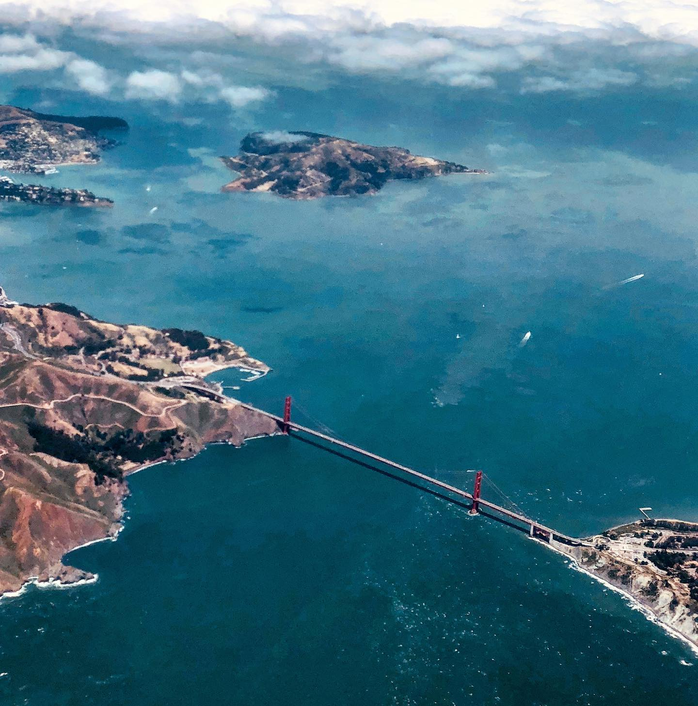 Golden Gate Bridge, San Francisco, California Approach to SFO. Golden Gate Bridge from bird's-eye-view. #usa #usatravel #usatraveler #sanfrancisco #sanfranciscogram #california #approach #intheair #sfo #goldengatebridge #flightphotography #travelgram #travelblog #travelblogger #reisegram #reiseblog #reiseblogger #travelholic #reisefotografie #travelphotography #birdseyeview #vogelperspektive #californialove #travellove