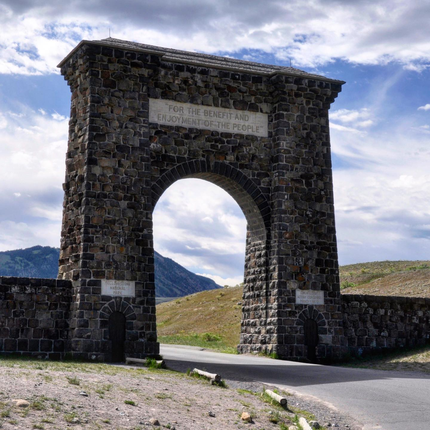 Roosevelt Arch, Gardiner, Montana If you're heading to Yellowstone National Park via Gardiner (North Entrance) the first thing likely to catch your attention is the Roosevelt Arch. Its cornerstone was laid down by President Theodore Roosevelt in 1903. The only such grand entranceway into a national park. #usa #usatravel #usatravels #usareisen #usatrip #roadtripusa #gardiner #montana #yellowstonenationalpark #yellowstonenps #yellowstone #yellowstonepark #arch #rooseveltarch #nationalparksusa #travel #travelblogger #travelphotography #travelpics #travelpic #montanaphotographer #travelawesome #traveladdict #travellover #travellife #travelblog #reisen #reiseliebe #reisenmachtglücklich #instatraveling