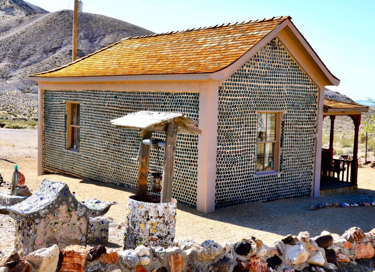 What to do with about 50.000 empty bottles? Bottle House, Rhyolite #roadtripusa🇺🇸 #usatravels #travelphotography #usa #usalove #inthemiddleofnowhere #desert #architecture #architecturephotography #rhyolite #rhyoliteghosttown #ghosttownsofamerica #ghosttownsofnevada #bottlehouse #photospot