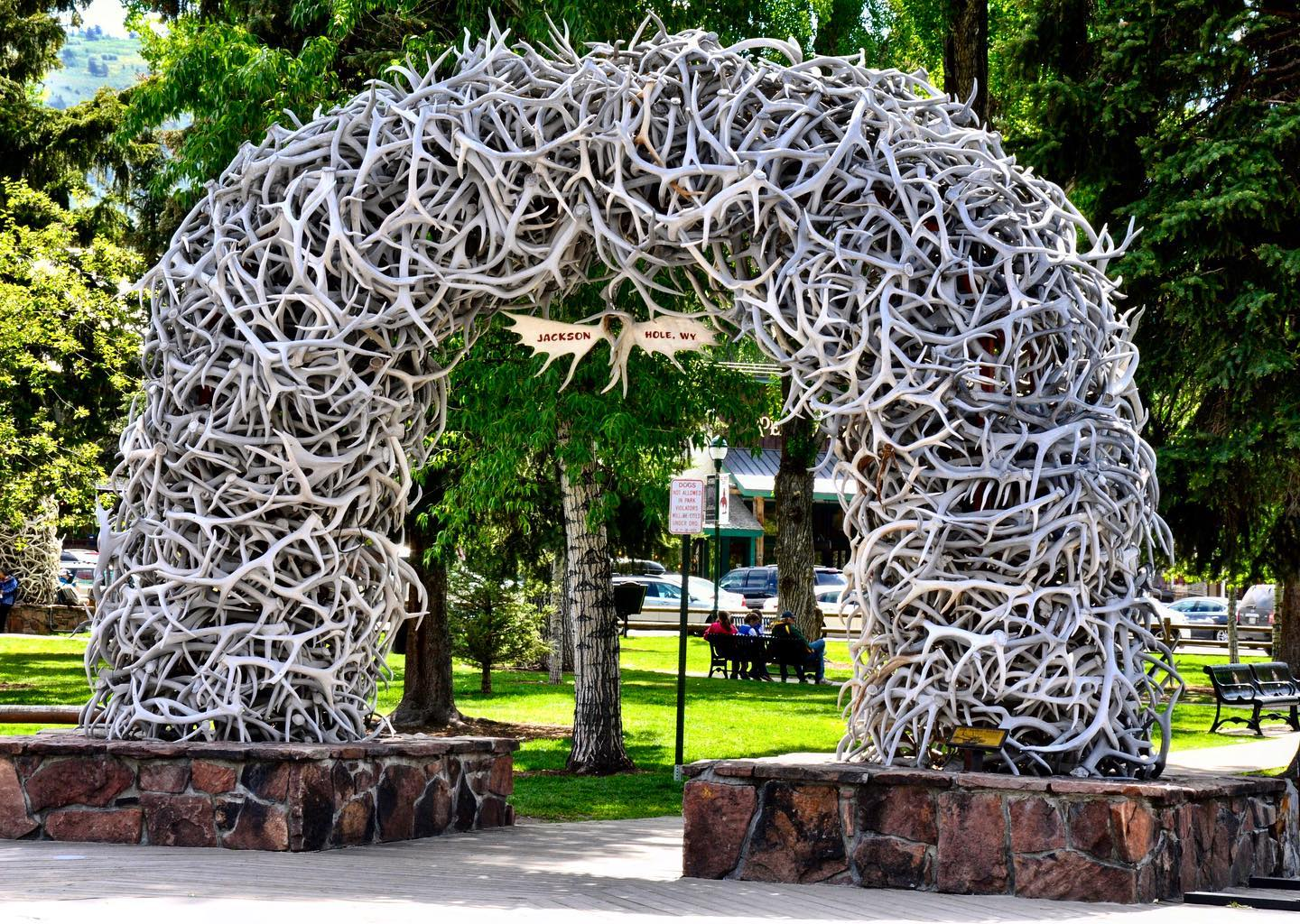 Elk Antler Arch, Jackson Hole, Wyoming  When you visit Jackson Hole be sure to visit downtown Jackson to see Town Square and the iconic elk antler arches. Four large arches of elk-antler curve over the square's four corner entrances.  #usa #usatravel #usatravels #usatrip #wyoming #wyominglife #jacksonwyoming #jacksonholewyoming #jacksonhole #jacksonholewy #elkantler #arch #elkantlerarch #roadtripusa #travelphotography #travelpics #travellover #travelcouple #travelwyoming #reisefotografie #reise #usareisen #usaliebe #travelblogger #reiseblogger #usablogger #instatraveling #instatravel #wanderlust #travelgram