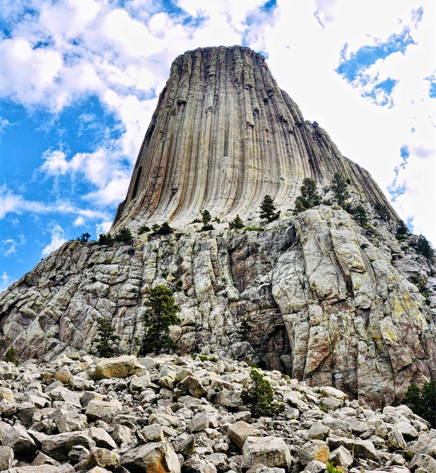 Devils Tower NM, Wyoming  Devils Tower is located on the edge of the Black Hills in Wyoming. President Theodore Roosevelt established the first national monument, Devils Tower in Wyoming, on September 24, 1906.  #usa #usatravel #usatrip #usatravels #usareisen #usaroadtrip #usaaddicted #usaphotography #usaphotographer #usaliebe #usalove #wyoming #explorewyoming #wyomingphotographer #devilstower #devilstowernationalmonument #travelphotography #travelpics #instapic #landscapephotography #reisefoto #reiseliebe #travelblogger #reiseblogger #usablogger #traveladdict #reiselust #instatraveling #nature_perfection #naturephotography