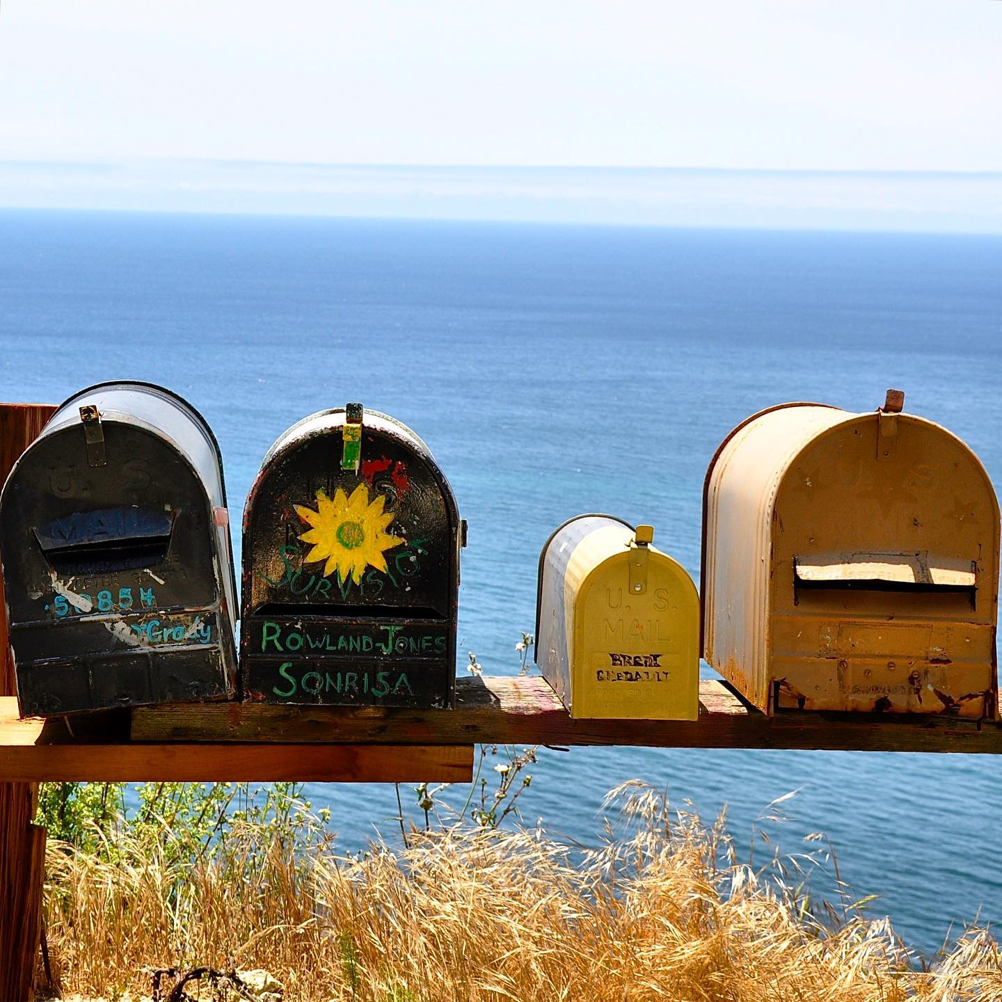 Big Sur, California  Traditional American mailboxes in Big Sur. What is typical American for you?  #usatravel #usatravels #traveling #america #bigsur #mailbox #travelphotography #travelphoto #travelpic #onlyinamerica #exploretheusa #exploremore #fromwhereistand #california #californiadreaming #travelbug #reiselust #reiseliebe #amerika #californiatrip #pacifichighway #usavacation #ontheroad #explorecalifornia #usa #usa🇺🇸 #travelgrams #travelmemories #traveltoexplore #picoftheday
