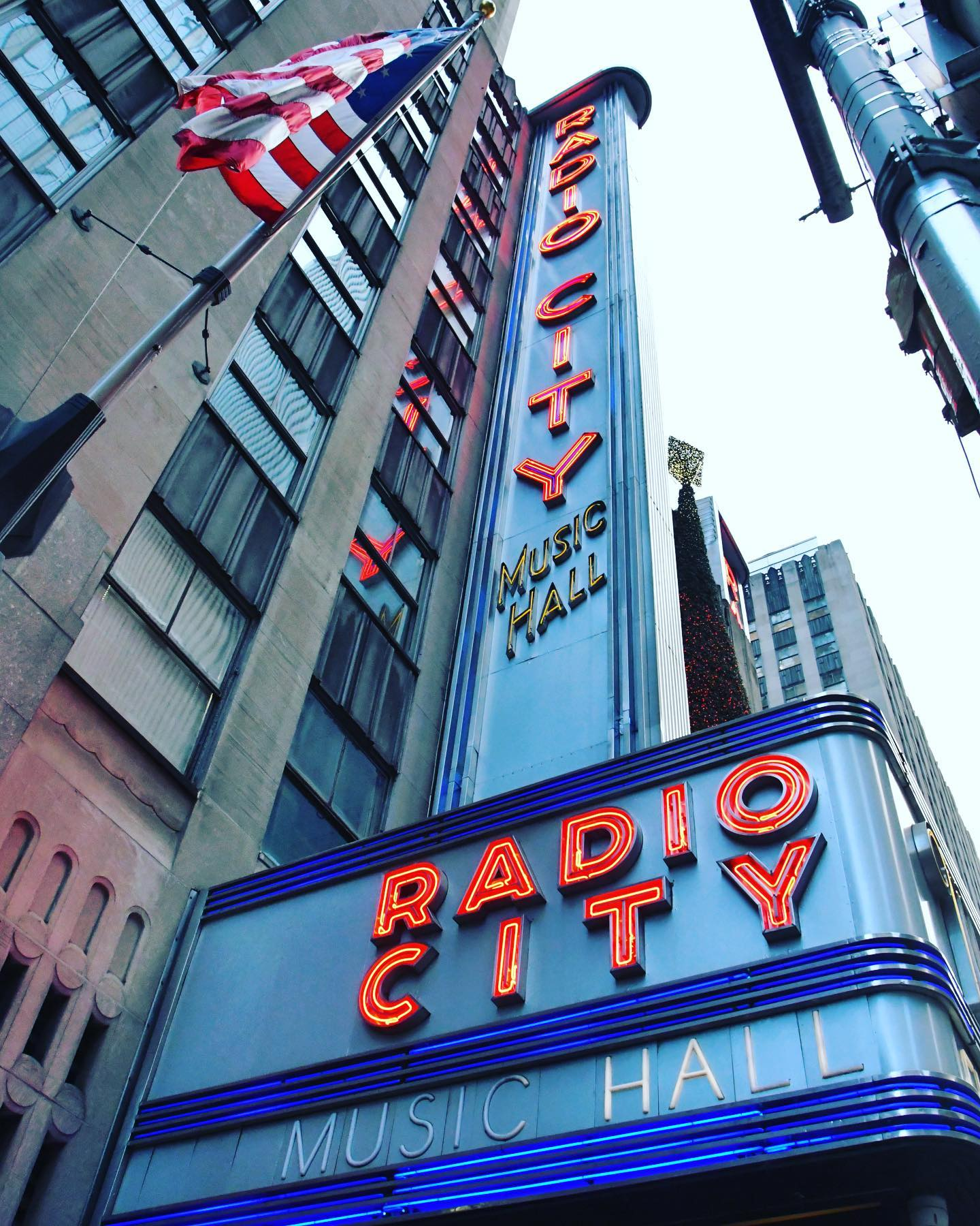 Radio City Music Hall, NYC, New York Radio City Music Hall is an event venue in Midtown and home of the dance company The Rockettes. The Art Deco style building is within Rockefeller Center. Radio City Music Hall, which opened to the public 1932, is well-known for hosting concerts and television events such like the Grammy Awards. Last but not least for the Radio City Christmas Spectacular, which runs (normally) every year from beginning of November until January. The Show has become a New York Christmas tradition. #usatravel #usatravels #usareisen #usatrip #citytrip #citytravel #newyork #newyorkcity #nyc #nycphotographer #nycphotography #travelphotography #reisefotografie #bigcitylove #christmasnyc #radiocitymusichall #midtownnyc #midtownmanhattan  #traveltheworld #travelpics #travelpic #travelnewyork #newyork_ig #nyc_explorers #nyc_instagram #travelblog #travelblogger #instatravel #instatrip #instatraveling