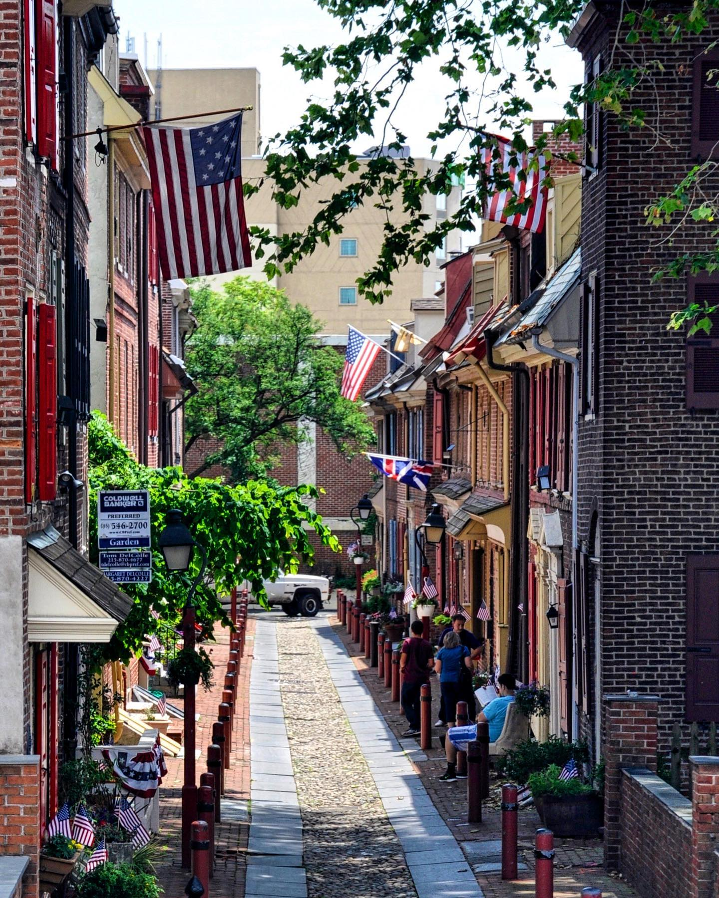 Elfreth's Alley, Philadelphia, Pennsylvania   🇺🇸Wednesday@travelroadsusa ***Backyard/Alley***  Philadelphia's Elfreth's Alley is known as America's oldest residential street.  #usatravel #usatravels #usatrip #usa #america #elfrethalley #alley #philadelphia #historicalplace #philly #visitphilly #visitphiladelphia #onlyinphilly #explorephilly #streetpic #travelpics #travel_captures #oldcityphilly #phillyprimeshots #go_philadelphia #instaphilly #pennsylvania #pennsylvaniaisbeautiful #travelroadsusa #traveladdict #travelholic #traveltheusa #travelgrams #exploretheworld #exploretheusa