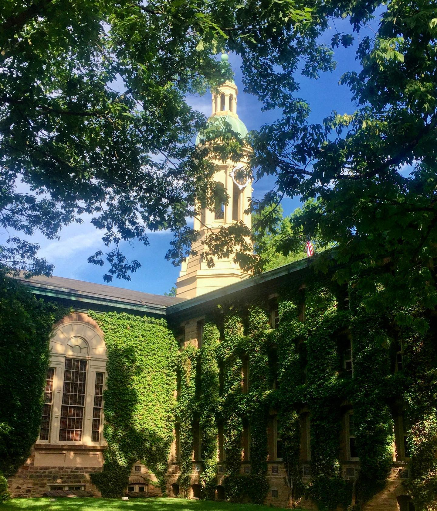 Princeton University, New Jersey Side view of Nassau Hall. Nassau Hall was built in 1756 and is the oldest building at Princeton University. #usa #us #usatravel #usatravels #usareisen #usareise #usatrip #newjersey #princeton #princetonuniversity #ivy #eastcoast #nassauhall #princetonnj #travelingtheusa🇺🇸 #travelgram #travelphotography #reisephotographie #reiseblog #reiseblogger #reiseblogger_de #travelblog #travelblogger