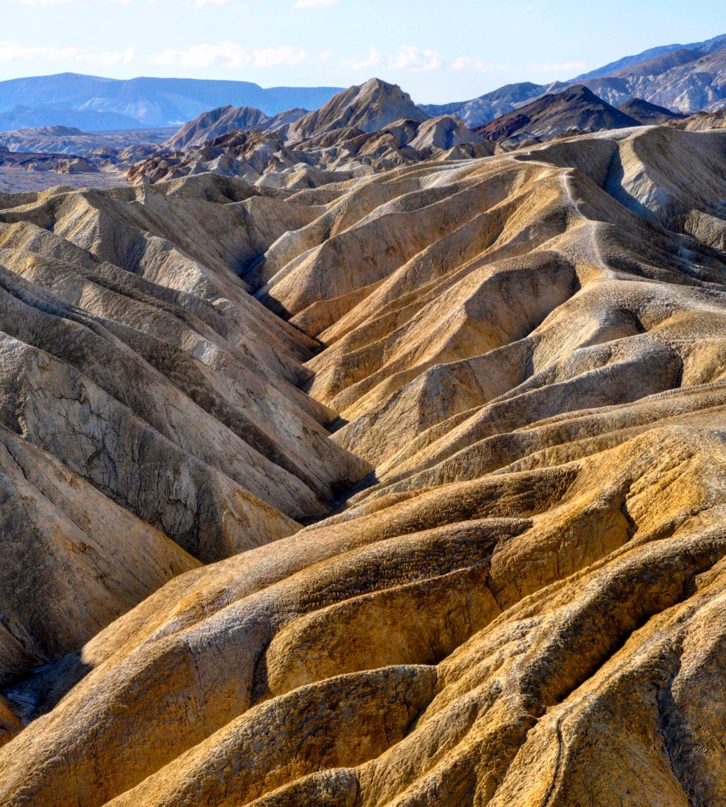 Zabriskie Point, Death Valley NP, California Located in the east of Death Valley, Zabriskie Point offers a glimpse of a unique landscape.  #usa #us #usatravel #usatravels #usareisen #usaroadtrip #usatrip #america #amerika #california #deathvalleylove #deathvalley #deathvalleynps #zabriskiepoint #desert #desertlandscape #desertlove #uniqueplaces #desertphotography #travelphotography #travelpics #bestofcalifornia #traveltheworld #traveling #travelingusa #travelcommunity #travelcouples #travelcaptures #traveltips #travelawesome
